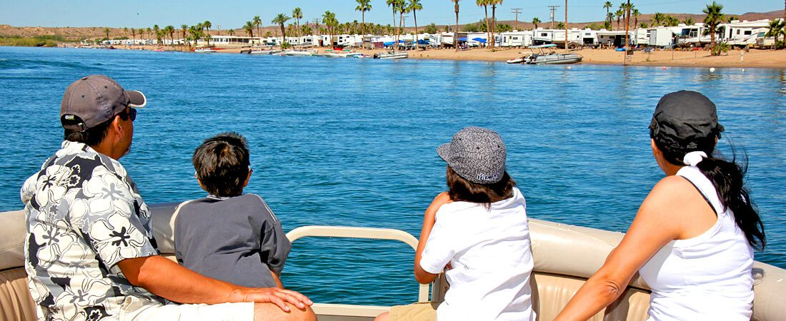 Emerald Cove Resort - Family boating time